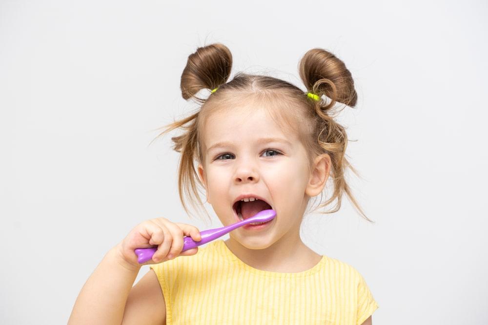 Développer de bonnes habitudes dentaires chez un enfant